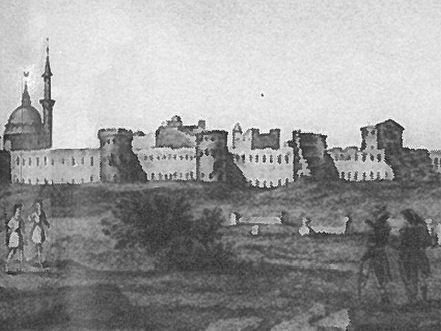 מראה חומות עכו כפי שצוירה בידי הצרפתים ב1799. בביצור המזרחי חמישה מגדלים, השמאלי הוא מגדל שער העיר, מימינו שלושה מגדלים מעוגלים ואחריהם מגדל הפינה הצפוני-מזרחי הרבוע שהותקף שוב ושוב.