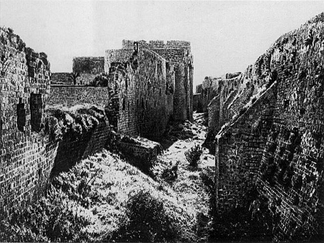 מראה החפיר בשנת 1925. משמאל – שרידי חומת ט'אהר אל-עומר, החומה שעמדה מול צבאו של נפוליאון. החומה מימין נבנתה רק בשנים הבאות.